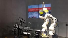 KUKA娱乐机器人演奏架子鼓,引爆全展热度