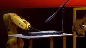 格力机器人演奏《歌唱祖国》
