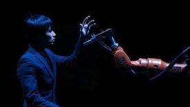 与机器人跳情侣舞